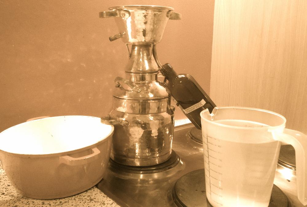 Bevor ich zum destillieren beginne sieht es ca. so aus. Achtung! Das Wasser oder Eiswürfel zum Kühlen nicht vergessen und die Braunglasflaschen mit Ethanol gründlichst ausspülen, damit sie keimfrei sind.