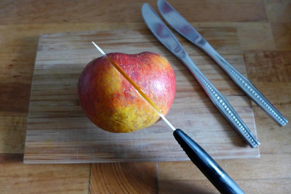 Einen großen knackigenApfel waschen und schräg halbieren. Putz und Schale sollen nicht entfernt werden. Wichtig ist dabei ein scharfes Messer zu verwenden. Keramikmesser eigenen sich ideal dafür.