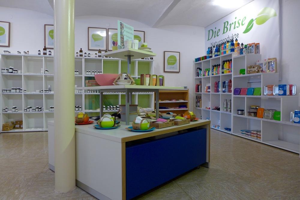 Über den hinteren Teil des Shops wird sich jede Mama freuen, denn er ist ausgestattet mit allerlei Baby- und Kleinkinderprodukten. Von Windeln bis Gläschen, Flaschipulver und gesunder Babybrei, Öko Jausenboxen und Edelstahltrinkflaschen und vielen anderen nützlichen Gegenständen. Vor allem findest du hier nur Bio und Nachhaltigkeit :)