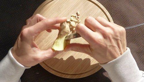 Ingwer lässt sich am einfachsten mit einem Löffel schälen
