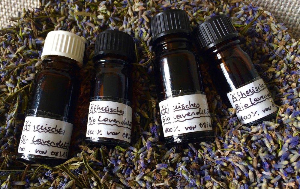 Auch das ätherische Lavendelöl lässt sich mit einer Destille sehr gut herstellen, hab für meine Kurse schon vorgesorgt :)