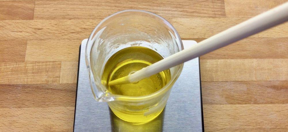 Hier ist die Salbe noch zu heiß um das ätherische Öl einzutropfen.