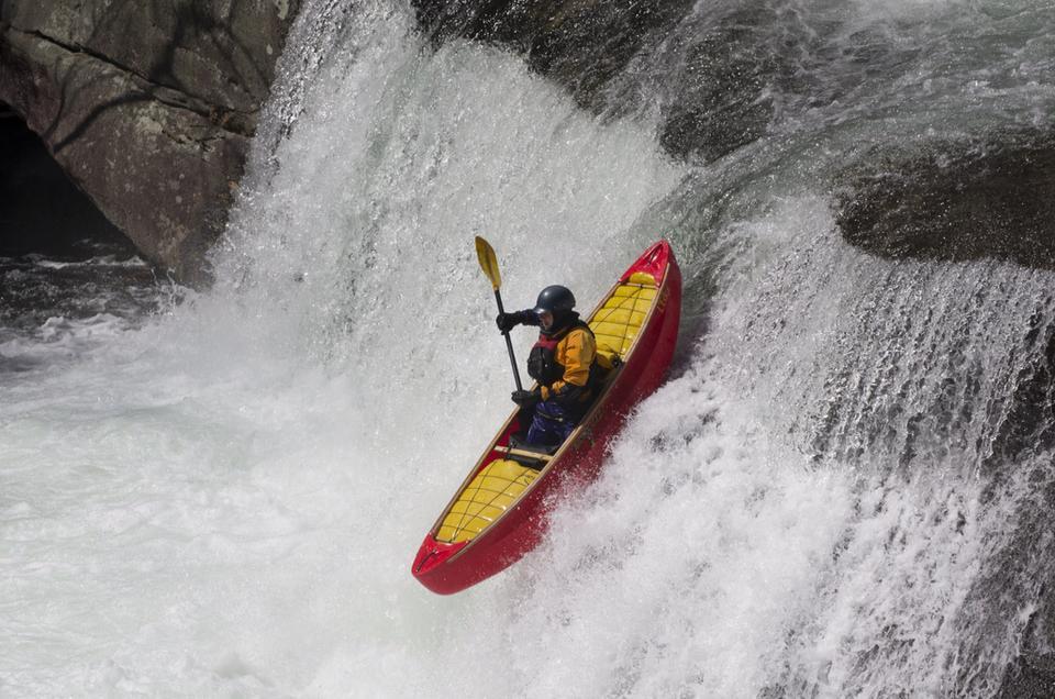 An adventurous canoeist / Une canoteuse aventureuse