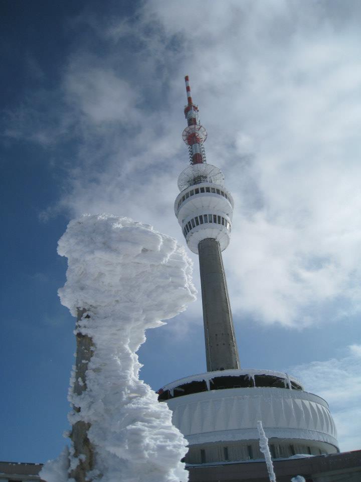 Roku 1970 byla vybudovana televizní věž  vysoká 145 m s vysílačem, rozhlednou ve výšce 40 m a restaurací. Při  příznivých podmínkách lze z rozhledny spatřit Beskydy, Krkonoše, polské  roviny i Vysoké Tatry.