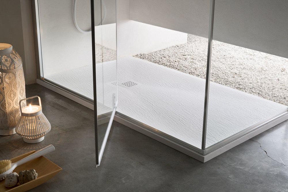 ROCCIA - Il design pensato per chi ama la materia e il contatto con la natura: due modelli dalle texture bocciardate più o meno marcate, per una sensazione unica.
