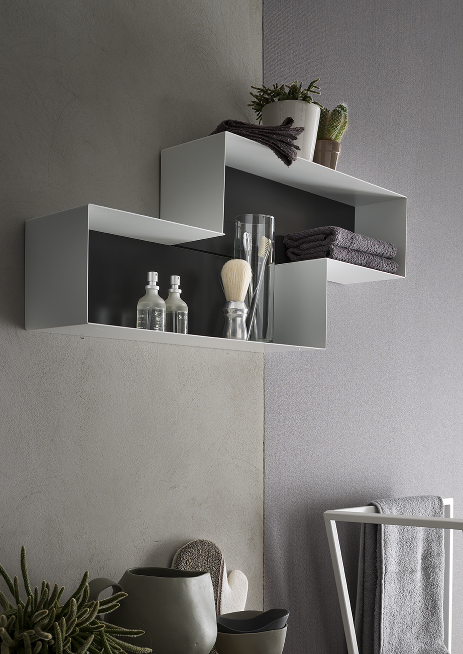 PENSILI IN METALLO - Allineati, sfalsati, orizzontali o verticali, i pensili a giorno in metallo sono pratici elementi che arredano la parete.
