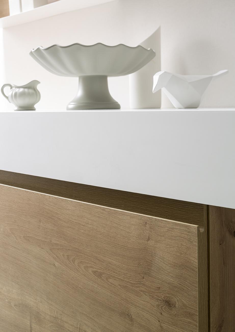 MANIGLIA J - La maniglia integrata disegna i frontali con una linea morbida, ma soprattutto ergonomica, per composizioni eleganti e pratiche.