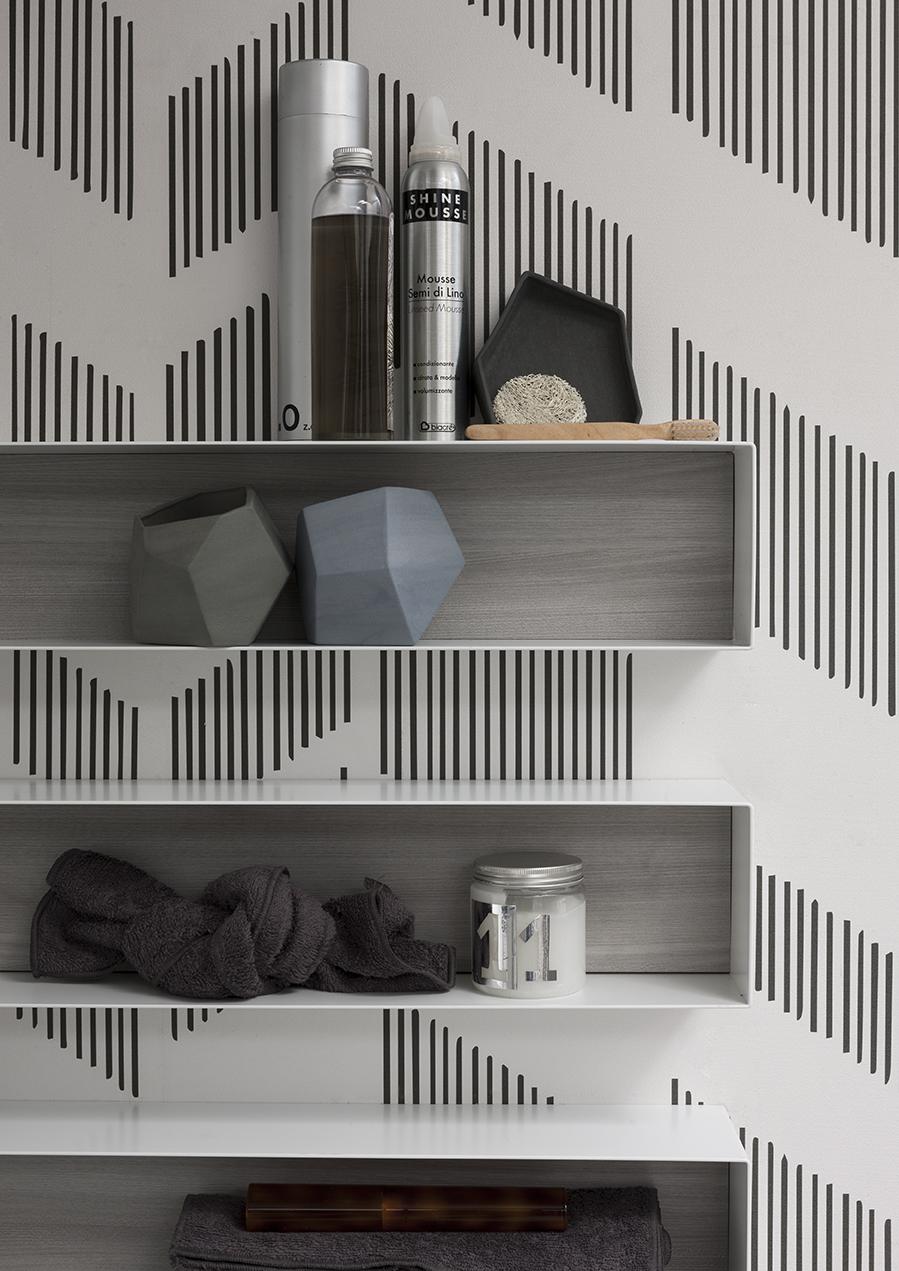 PENSILI IN METALLO - I pensili a giorno in metallo sono pratici elementi che arredano la parete, la schiena inoltre può essere abbinata alla finitura del mobile.