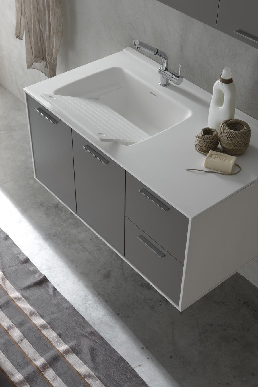 LAVABO CON TAVOLETTA - Il lavabo con vasca capiente è dotato di una superficie di appoggio che può essere utilizzata come tavoletta per lavare i panni.
