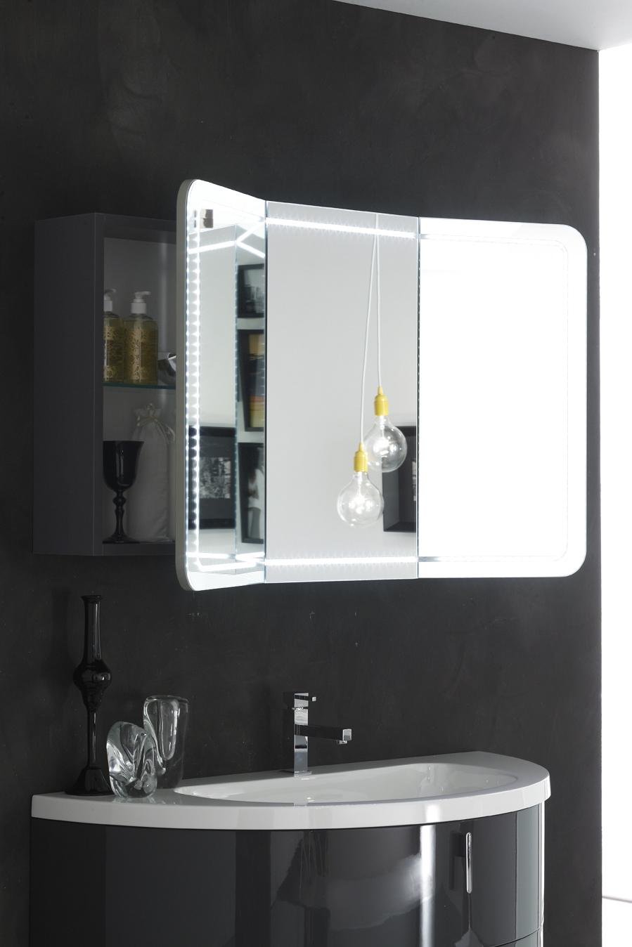 SPECCHIERA CONTENITORE - Lo specchio è un elemento funzionale e pratico, un concentrato di funzioni per dare all'arredo bagno tutto il comfort di cui hai bisogno.