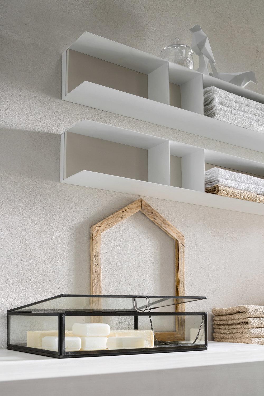 Mensole in metallo - Le pareti sono spazi che, con gli elementi giusti, aumentano il senso pratico ed estetico di tutto l'ambiente. Come le mensole in metallo, ad esempio, alle quali si può aggiungere una schiena in laccato colorato o in legno da abbinare all'arredo.