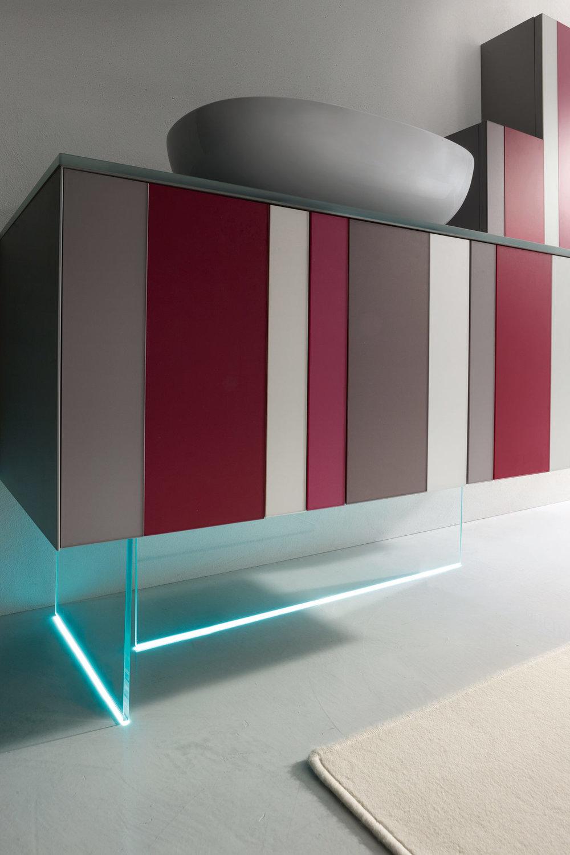 Basamento in vetro - Il basamento è un elemento decorativo che gioca sulla preziosità del materiale, ma soprattutto sui led che mettono in nuova luce il ritmo cromatico della base. Una presenza quasi immateriale per uno stile originale.