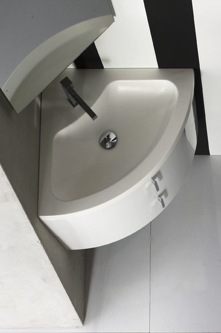 Soluzione ad angolo - Con e.45 gli angoli non hanno scampo, grazie a questa soluzione con 2 cassetti e lavabo in ceramica che recupera ogni centimetro.