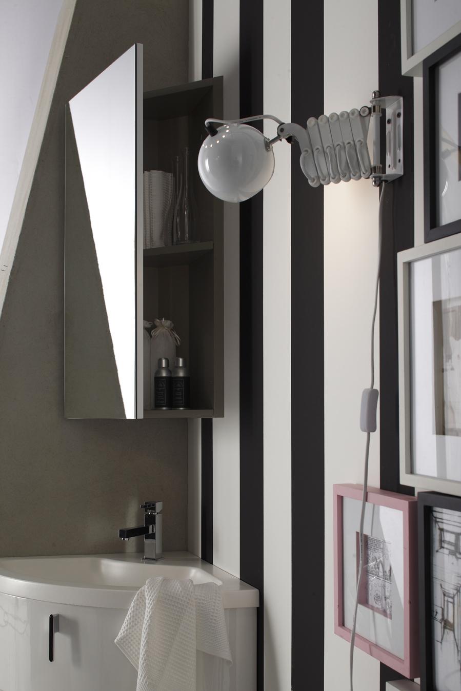 Pensile ad angolo - La specchiera ad angolo nasconde un pratico contenitore, ideale per gli ambienti più ristretti.