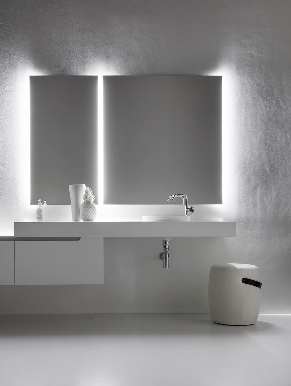3. Luci di cortesia - La luce led della specchiera illumina la stanza da bagno, e al buio diventa una comoda luce di cortesia.
