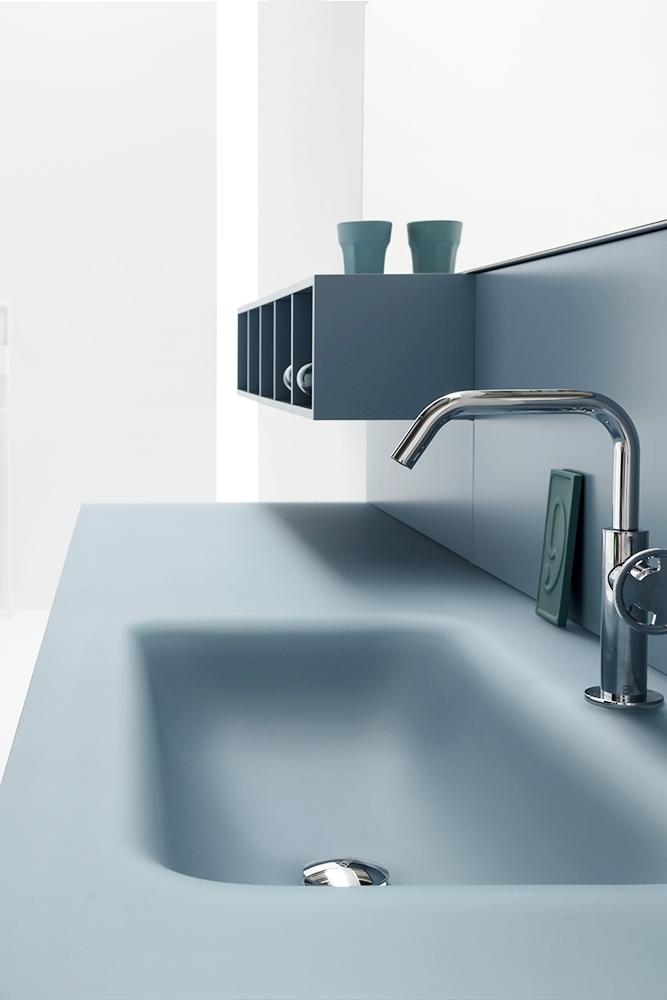 3. Soft touch - Il cristallo sabbiato dona un effetto morbido al tatto, e consente all'acqua di scivolare dolcemente dal piano alla vasca integrata.