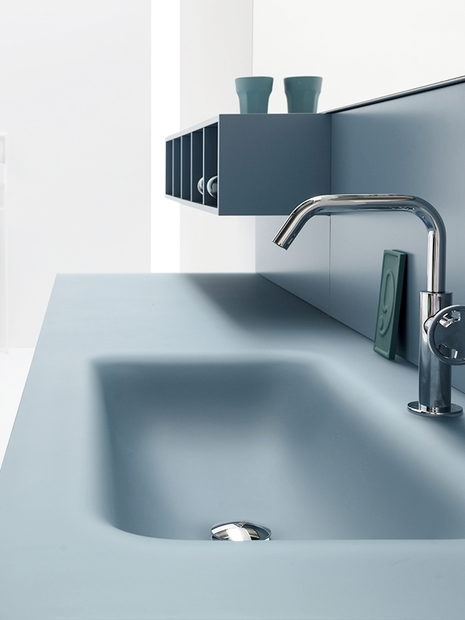 4. Soft touch - Il cristallo sabbiato dona un effetto morbido al tatto, e consente all'acqua di scivolare dolcemente dal piano alla vasca integrata.