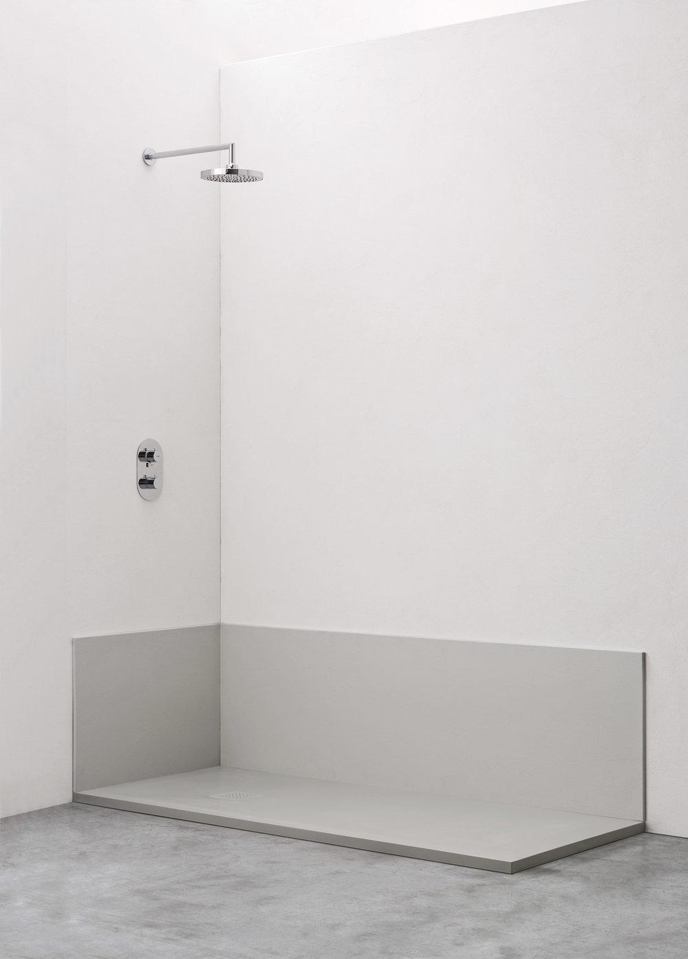 Rivestimento a fascia singola - Il pannello riveste solo la fascia inferiore della parete angolare, per completare lo spazio di una precedente vasca o come semplice scelta di stile.