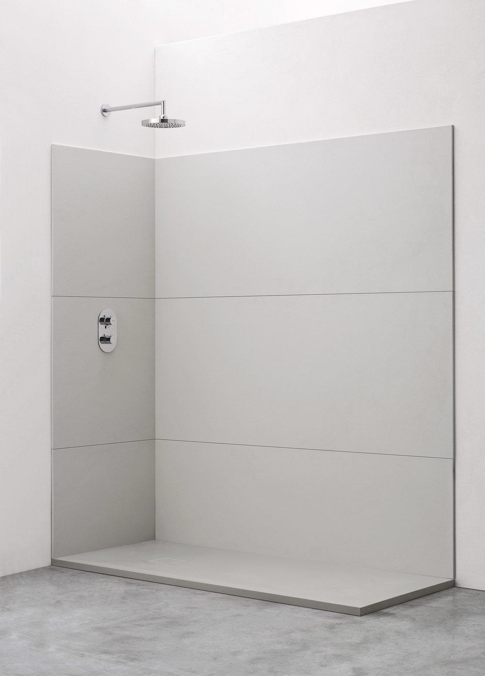 Rivestimento a tutta parete - I pannelli a fasce orizzontali rivestono tutta la superficie interna della doccia e, a seconda della finitura scelta, danno un preciso carattere all'ambiente.