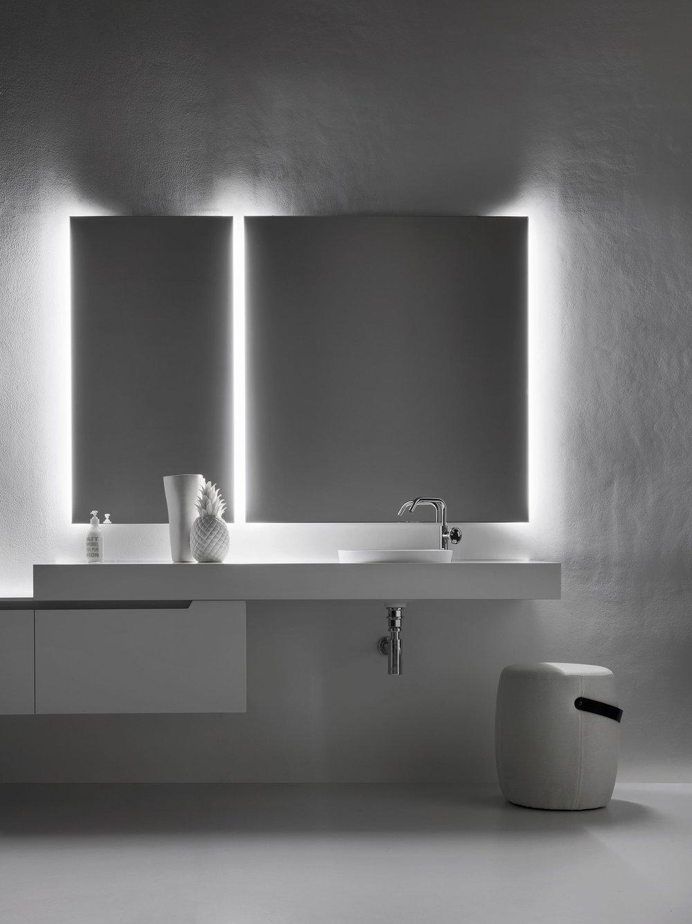 5. Luci di cortesia - La luce led della specchiera illumina la stanza da bagno, e al buio diventa una comoda luce di cortesia.