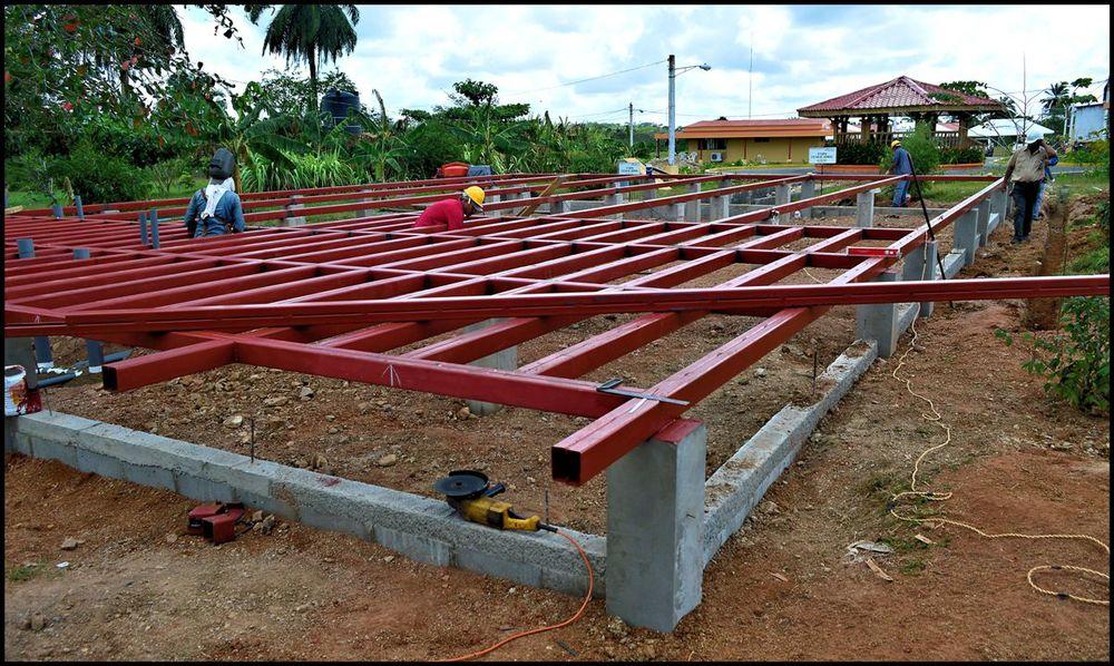 Casa en El Rama, Nicaragua. Esta casa fue construida por EcoPlanet Bamboo. Esta compañia siembra bamboo en la Costa Atlántica Nicaraguense. Los inversionistas de esta compañía viven en Europa, Norteamérica y Asia. Esta es la casa de huéspedes. El sistema constructivo usado es un sistema de bajo costo sin afectar la calidad.