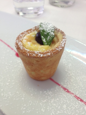 Warm custard cream with amarena in pastry at Radici