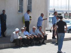 Mannetjes op het busstation