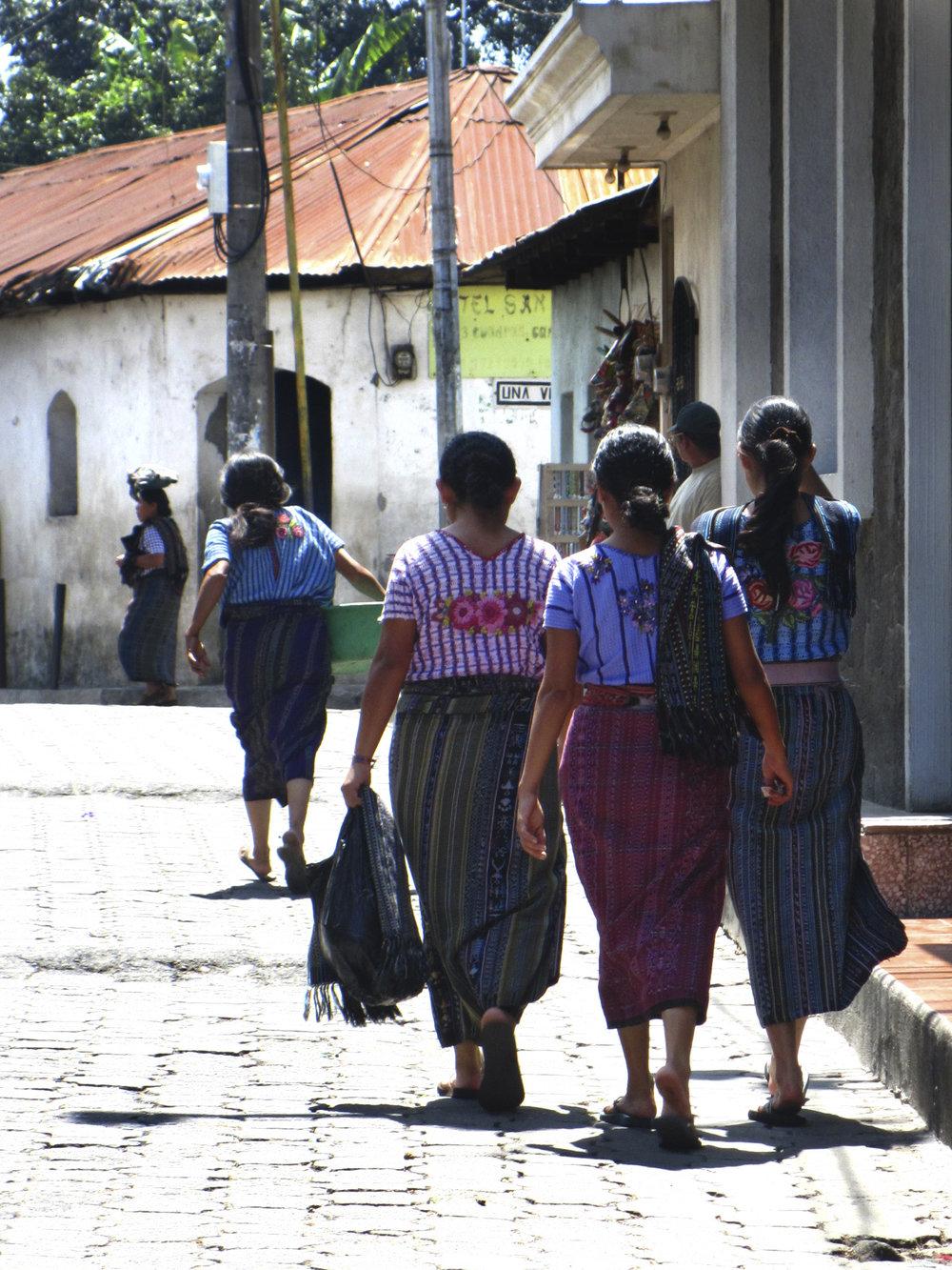 LAS MUJERES DE SANTIAGO - GUATEMALA