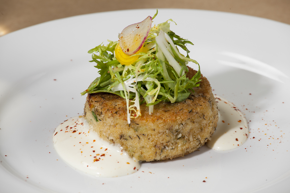 Crab cake with meter lemon aioli.