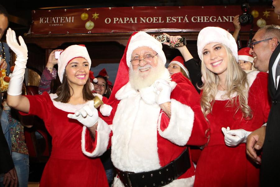 Papai Noel e as Noeletes já em frente ao shopping.jpg