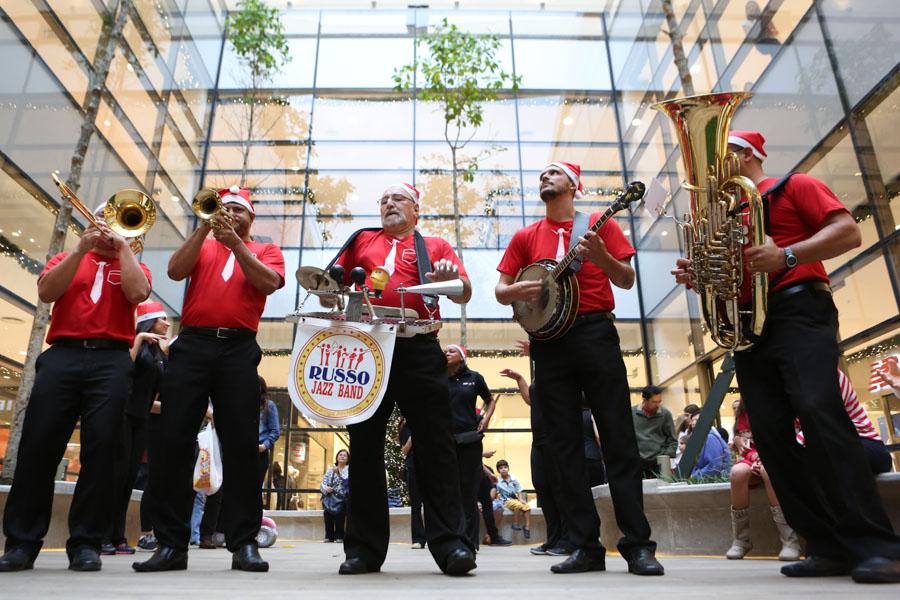 Russo Jazz Band circula pelo shopping levando alegria e emoção.jpg