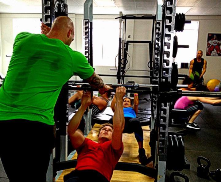 Photo prise lors d'un entrainement en groupe dans la salle de musculation. Les participants pratiquaient leur conditionnement physique afin d'arriver prêts à leurs compétitions sportives respectivent. Ils n'avaient pas tous la même orientation mais ce type polyvalent d'exercice développe autant le cardio que les systèmes musculaires et c'est ce qui en donne toute son efficacité. l'entraînement diplômé en kinésiologie était toujours très prêt afin d'intervenir pour corriger les mouvements afin de prévenir les blessures et les autres problématiques comme les troubles musculosquelettiques.