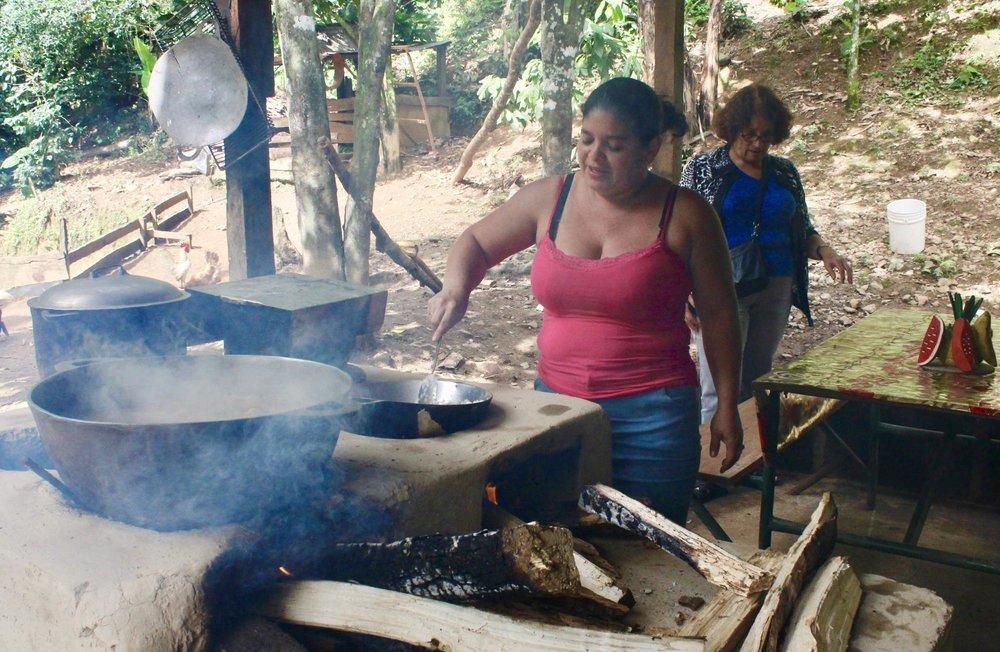 رينا تطبخ الرز والدجاج