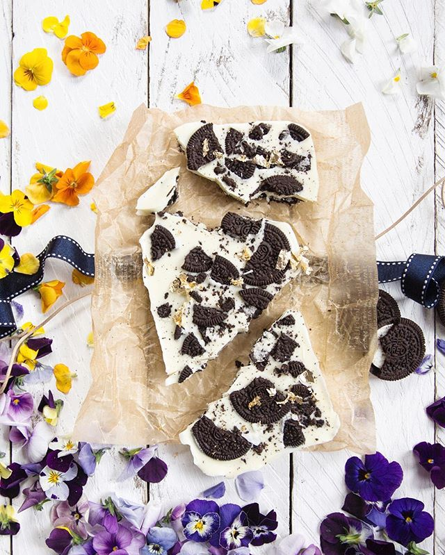 Because sometimes, the best gifts are the ones you create yourself. Popping this homemade #Oreo chocolate bark into a #wonderfilled picnic hamper — perfect for sharing @oreo #spons
