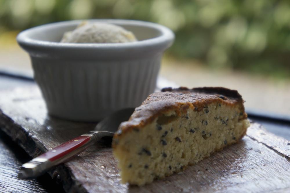 sesame seed cake with fig ice cream・胡麻ケーキ、無花果アイスクリーム