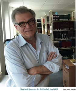 Eberhard Bauer in der Bibliothek des IGPP