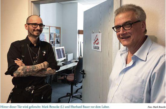 Hinter dieser Tür wird geforscht: Mark Benecke (l.) und Eberhard Bauer vor dem Labor