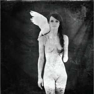 Künstler:  Sylvie Tillmann  untitled, 2007, d-print Sylvie Tillmann versteht den Körper als Oberfläche, Projektionsfläche und Ausdrucksmittel ihrer Gedanken, Körper als Transportmittel der Seele. Sie beschäftigt sich mit der Tatsache, wie erschreckend wenig Spielraum die allgemeine Vorstellung von Schönheit lässt. In ihren Bildern zeigt sie Menschen, die sich nicht mit diesen Paradigmen identifizieren. Ungeschönt und trotz skurriler Accessoires lassen sie den Betrachter spüren, dass die eigenen Grenzen der Ästhetik durchaus erweiterbar.