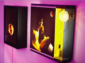 Künstler:  Amir Fattal  Glory # 2 + Melanchony, 2008, Lightboxes In seinen Werken verwischt Fattal, der soeben mit dem Förderpreis des Berliner GASAG-Kunstpreises ausgezeichnet wurde, die Grenzen zwischen journalistischer Dokumentation und Performance. Unmittelbar untersuchen seine Fotografien den menschlichen Körper und dessen Sexualität – prägend und kennzeichnend sind neben der fotojournalistischen Erfahrung, Einflüsse von Pornographie, Malerei und Massen- wie Szenekultur.