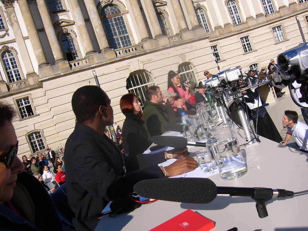 mark_benecke_dropping_knowledge_berlin_bebelplatz_opernplatz_unter_den_linden_table_of_free_voices - 32.jpg