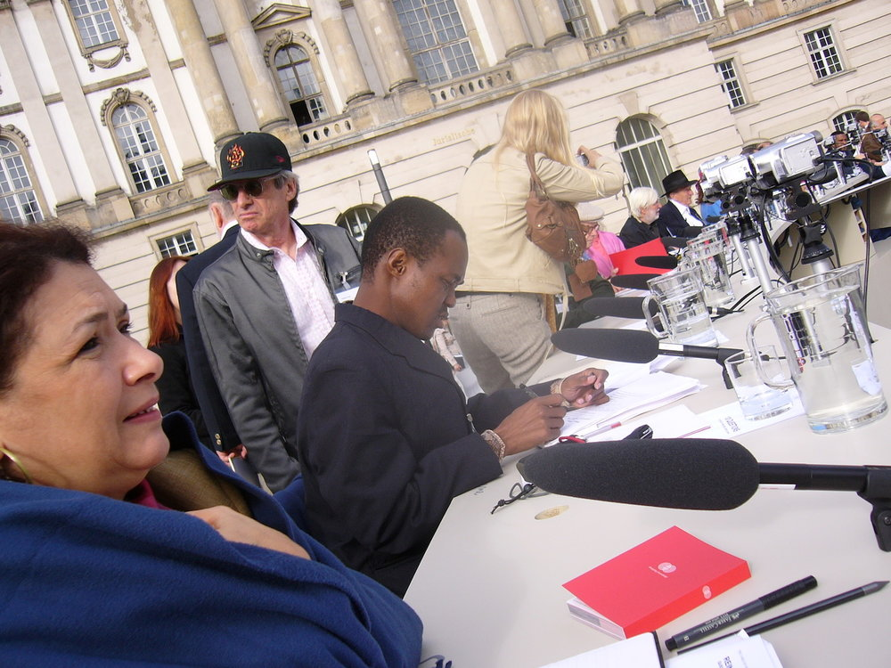 mark_benecke_dropping_knowledge_berlin_bebelplatz_opernplatz_unter_den_linden_table_of_free_voices - 31.jpg