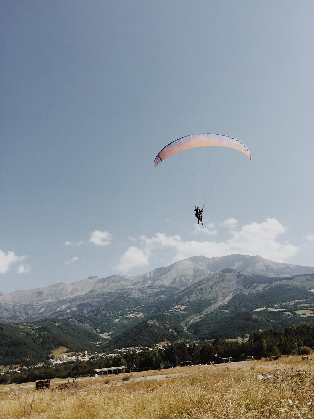 Paragliding in Barcelonnette, a favorite activity of tourists (not me)