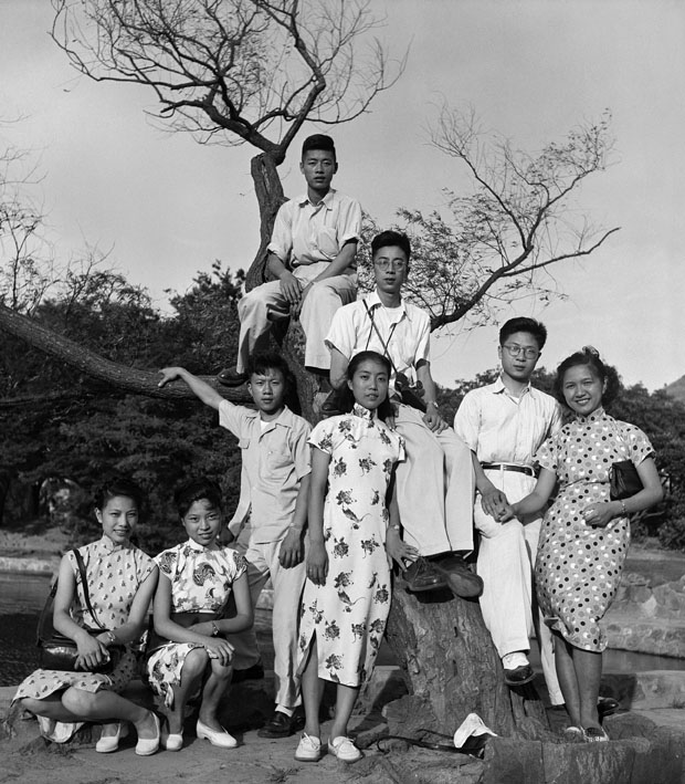 In 1947, Zhou Haiying (the third from right) and Ma Xinyun (the fourth from right) were in love. They invited Ma Xinyun's three friends and their fiancés to hang around
