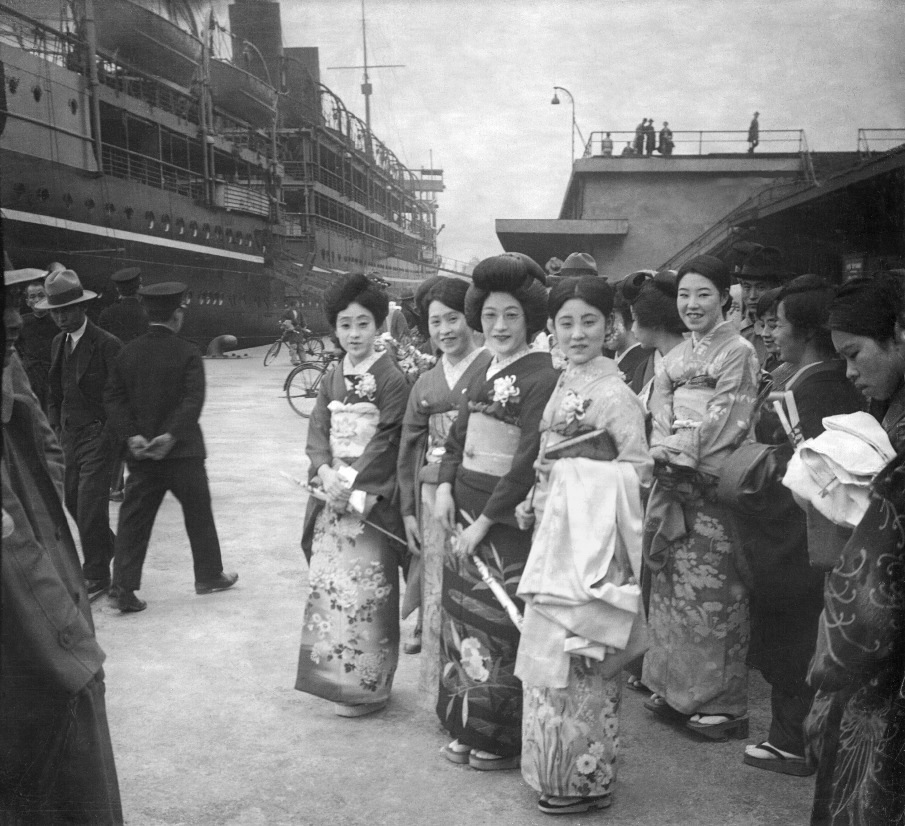 Japanese ladies in Shanghai's harbor, 1930
