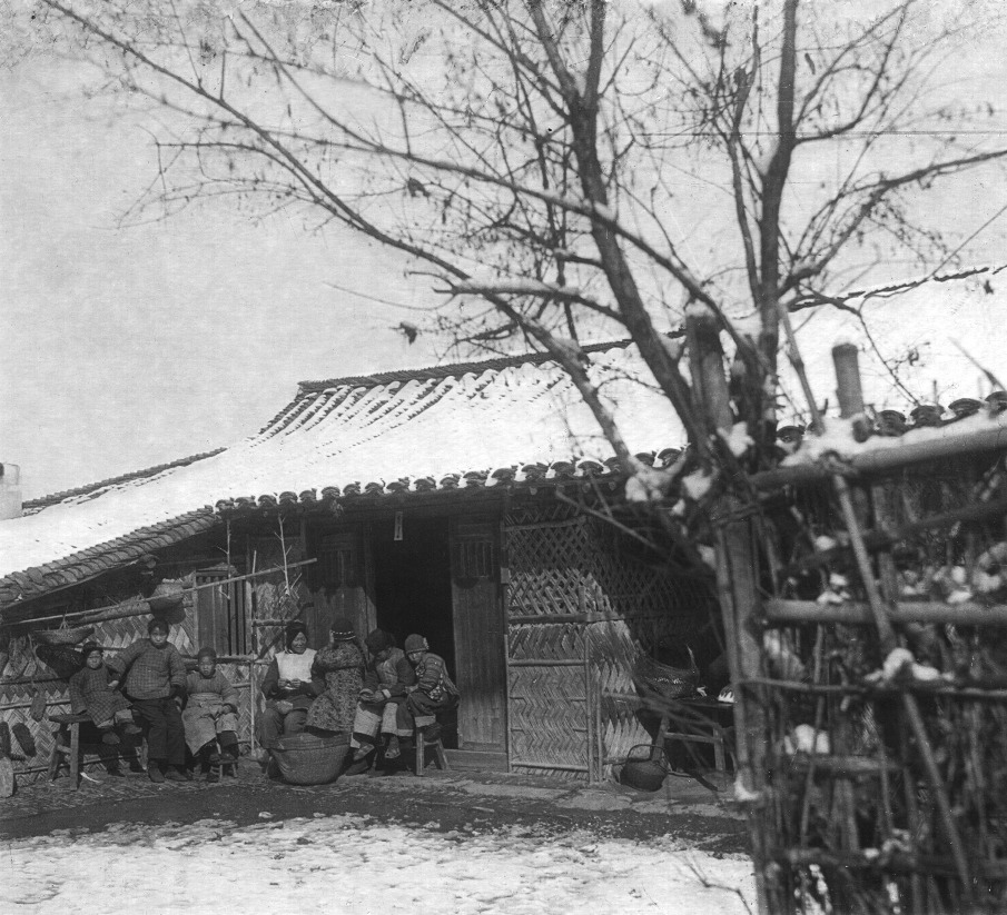 Chinese peasants in front of their house, 1923