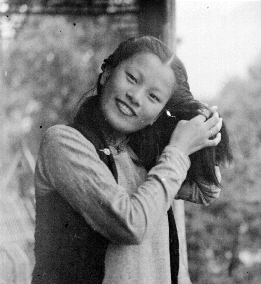 Min Chin twisting her hair- 1940_905.jpg