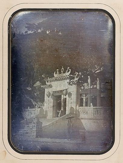 Porte de la grande pagode de la ville chinoise à Macao, octobre 1844, daguerréotypie