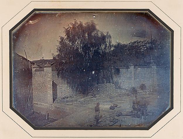Mur de clôture en briques, débarcadère et jardin des factories européennes à Canton, novembre 1844, daguerréotypie