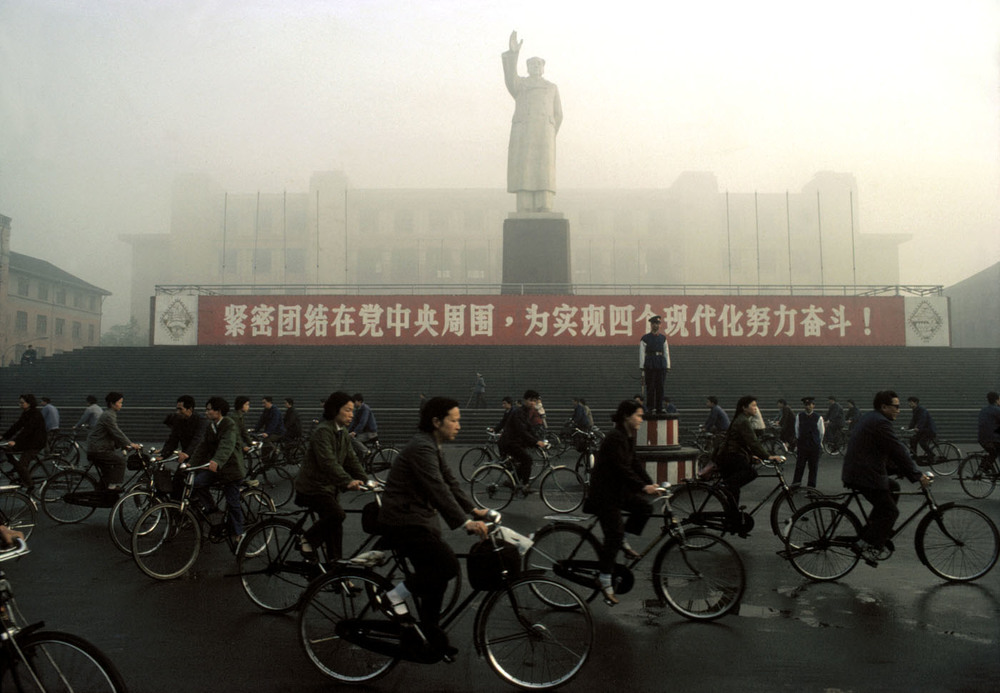 Chengdu industrial palace, 1980 © Bruno Barbey / Beaugeste Gallery