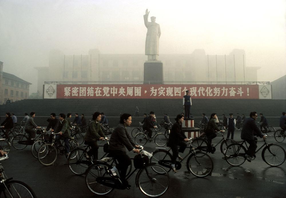 Chengdu industrial palace, 1980 ©Bruno Barbey / Beaugeste Gallery